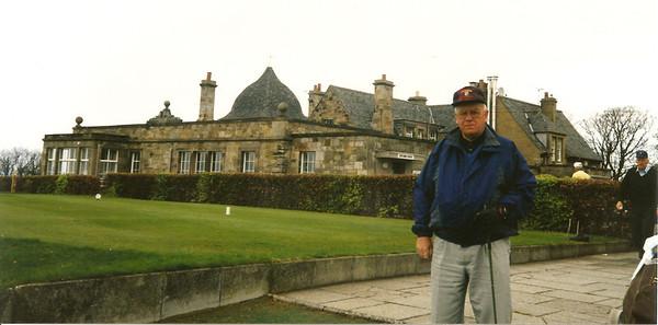 Halldór Sigmundsson fyrir framan glæsilegan golfskála í Skotlandi.