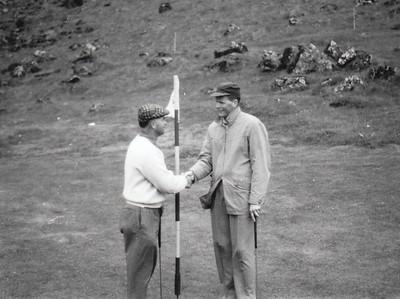 Frá Vestmannaeyjum 1962. Óttar Yngvason óskar Jóhanni til hamingju með Íslandsmeistaratitilinn á 72. holu.