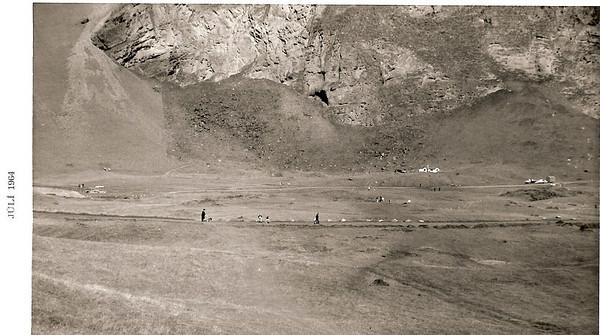Íslandsmótið í golfi 1964 var haldið í Vestmannaeyjum. Horft frá Kaplagjótu inn dalinn að golfskálanum.