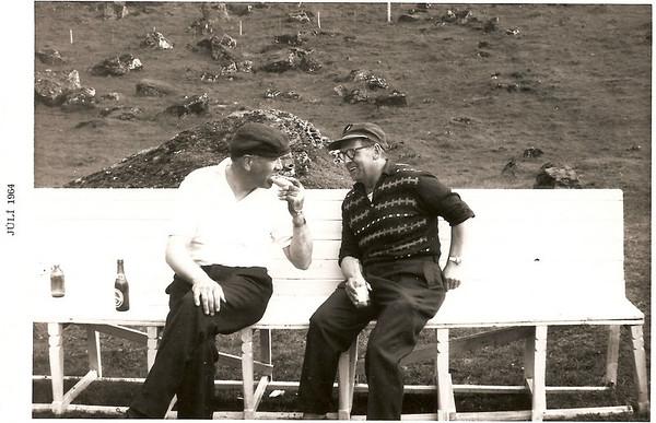 Gunnar Þorleifsson og Sigurjón Hallbjörnsson hvíla lúin bein eftir skemmtilegan golfhring.