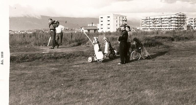 Fimmti teigur á Öskjuhlíðarvelli. Kári Elíasson með teighögg. Jóhann Guðmundsson, Helgi Jakobsson og Halldór Guðjónsson fylgjast áhugasamir með.