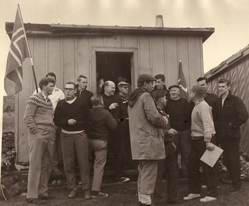 Bændaglíman 1963. Fv: Óttar Yngvason, Albert Wathne, Kári Elíasson, Haukur Guðmundsson, Helgi Jakobsson, Ólafur Ágúst Ólafsson, Sigurjón Hallbjörnsson, Guðmundur Halldórsson, Jóhann Eyjólfsson, Helgi Hrafn Helgason, Gunnar Böðvarsson, Tómas Árnason, Ragnar Jónsson, Ólafur Hafberg.