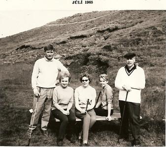Frá Hjónakeppni GR 1965. Fv. Pétur Björnsson, Hildur Kristinsdóttir, Katrín Ásmundsdóttir, Sigríður Magnúsdóttir, Gunnar Þorleifsson. Áð við áttunda teig.
