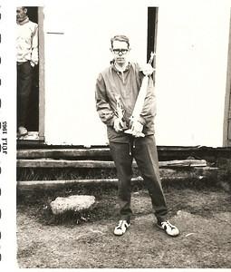 """1965.  Hannes Hall með """"Jason Clark"""" styttuna góðu. Í dyrum golfskálans má sjá Hauk Vopnfjörð."""
