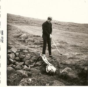 1965, Magnús Guðmundsson, margfaldur Íslandsmeistari í golfi, við fyrsta teig, fremri, í Grafarholtinu.