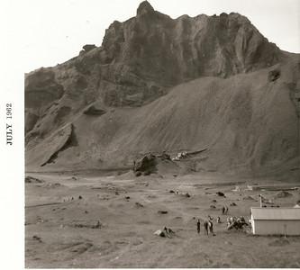 Íslandsmótið í Vestmannaeyjum 1962. Horft yfir golfvöllinn frá fyrsta teig, Fjósakletturinn blasir við fyrir miðri mynd.