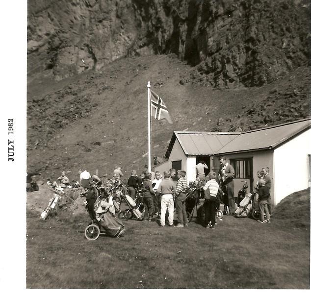 Íslandsmótið í Vestmannaeyjum 1962. Atgangur fyrir framan golfskálann.  Á myndinni má t.d. sjá  Ólaf Loftsson GR, velja sér drifkylfu.