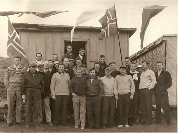 Bændaglíman 1963, bændur bræðurnir Þorvarður og Tómas Árnasynir. Fv. Óttar Yngvason, Guðlaugur Guðjónsson, Albert Wathne, Sveinn Snorrason, Jón Thorlacius, Ingólfur Isebarn, Haukur Vopnfjörð Guðmundsson, Kári Elíasson, Þorvarður Árnason, Ólafur Ágúst Ólafsson, Viðar Þorsteinsson, Sigurjón Hallbjörnsson, Helgi Jakobsson, Ólafur Bjarki Ragnrsson, Pétur Björnsson, Guðmundur Einarsson, Jóhann Eyjólffsson, Hilmar P. Herbertsson, Helgi Hrafn Helgason, Halldór Hansen, Gunnar Böðvarsson, Tómas Árnason, Ragnar Jónsson, Gunnar Þorleifsson, Geir Þórðarson, Ólafur Loftsson, Ólafur Hafberg.