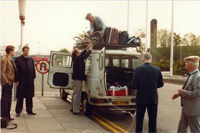 Komnir til Glasgow 1982 og bíllinn hlaðinn. Hilmar, Hannes, Siggi Þ. (á toppnum), Jón og Knútur.