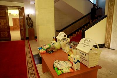 """2020 оны арваннэгдүгээр сарын 5. УИХ-ын гишүүн Ц.Туваан УИХ-ын чуулганы нэгдсэн хуралдааны танхимд """"Монгол хүн бүр 27 сая төгрөгийн өртэй"""" гэсэн бичиг бүхий цамц өмсжээ.  Мөн хажуудаа энэхүү агуулга бүхий мэдээллийг хэвлэн ширээн дээрээ тавьсан байна.  Түүнээс гадна УИХ-ын гишүүн Д.Ганбат нарын гишүүд ч ийм цамцаар жигдэрсэн байна.   Өнөөдрийн чуулганы нэгдсэн хуралдаанаар Засгийн газраас есдүгээр сарын 25-ны өдөр өргөн мэдүүлсэн """"Төрөөс мөнгөний бодлогын талаар 2021 онд баримтлах үндсэн чиглэл батлах тухай"""" Улсын Их Хурлын тогтоолын төсөл-ийн эцсийн хэлэлцүүлгийг хийж байна.  Энэ үеэр АН-ын гишүүд валютын ханшийн өсөлтийн талаар мөн 2016 болон 2020 онд өргөн хэрэглээний бүтээгдэхүүний үнэ хэрхэн өссөн талаар зурагт хуудас байрлуулсан байна. ГЭРЭЛ ЗУРГИЙГ MPA"""