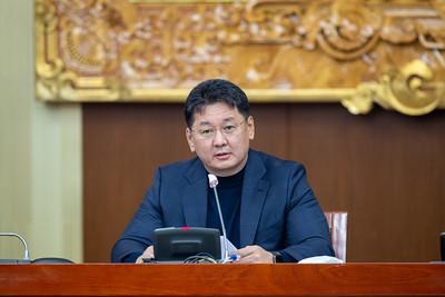 2020 оны арванхоёрдугаар сарын 13.    Засгийн газрын ээлжит бус хуралдаан өндөрлөлөө.   Хуралдааны дараа Монгол Улсын Ерөнхий сайд У.Хүрэлсүх мэдээлэл хийж байна.   ГЭРЭЛ ЗУРГИЙГ Б.БЯМБА-ОЧИР/MPA