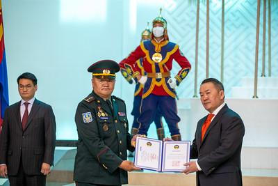 2021 оны зургадугаар сарын 11. Монгол Улсын Ерөнхийлөгч Х.Баттулга цэргийн дээд цол гардууллаа.     ГЭРЭЛ ЗУРГИЙГ Б.БЯМБА-ОЧИР/MPA