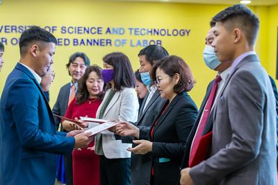 """2020 оны арваннэгдүгээр сарын 9.  """"Инженер, технологийн дээд боловсрол"""" төслийн хүрээнд Япон улсад суралцах 59 оюутанд батламж гардуулах ёслол болЛОО.   ГЭРЭЛ ЗУРГИЙГ Б.БЯМБА-ОЧИР/MPA"""