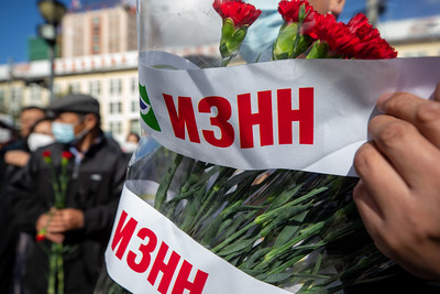 2021 оны аравдугаар сарын 2. Төр нийгмийн зүтгэлтэн С.Зориг агсны хөшөөнд цэцэг өргөж байна. Тэрбээр аравдугаар сарын 2-нд бусдын гарт хэрцгийгээр амиа алдсан билээ. ГЭРЭЛ ЗУРГИЙГ Б.БЯМБА-ОЧИР/MPA