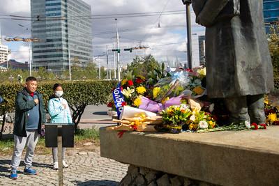 2021 оны аравдугаар сарын 2.  Төр нийгмийн зүтгэлтэн С.Зориг агсны хөшөөнд цэцэг өргөж байна. Тэрбээр аравдугаар сарын 2-нд бусдын гарт хэрцгийгээр амиа алдсан билээ.  ГЭРЭЛ ЗУРГИЙГ Д.ЗАНДАНБАТ/MPA