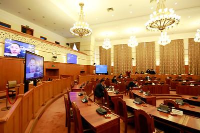 """2020 Оны арванхоёрдугаар сарын 3. УИХ-ын чуулганы нэгдсэн хуралдаанаар цахимаар явагдаж байна. Монгол Улсын Засгийн газар, Японы олон улсын хамтын ажиллагааны байгууллага хоорондын """"Ковид-19 цар тахлын эсрэг хариу арга хэмжээний яаралтай тусламжийн зээл""""-ийн Зээлийн хэлэлцээрийг соёрхон батлах тухай хуулийн төслийг хэлэлцэж  байна. ГЭРЭЛ ЗУРГИЙГ MPA"""