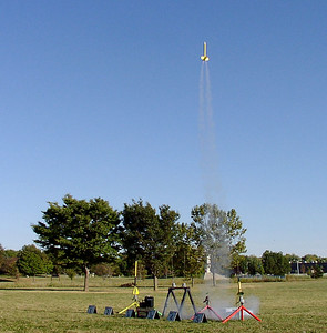 "Mark Joseph's ""Deuces Wild"" lifts off with a cluster of two canted motors at the September 25, 2004 CIA launch at Dodds Park in Champaign, Illinois.  Photo by Greg Smith."