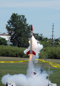 Chris Deem's BATFE Special with a cluster of four D plus four E motors suffered a rare double catastrophic motor failure at ignition, but made a successful flight anyway.  Photo by Alan Carroll.