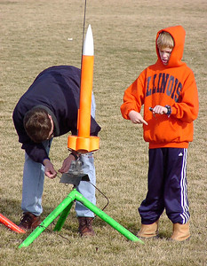 Mark and Adam Joseph prepare the Cheap Dumb Rocket for a launch with a 7-motor cluster. Photo by Greg Smith at the February 12, 2005 CIA launch.