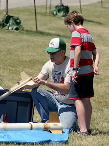 Jonathan Sivier describes the canted 3-motor arrangement in his FlisKits Tres to a young rocketeer.  Photo by Greg Smith