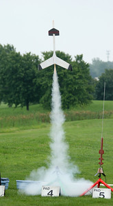 Laura's Ecee Thunder rocket glider from Edmunds Aerospace lifts off.  Photo by Greg Smith