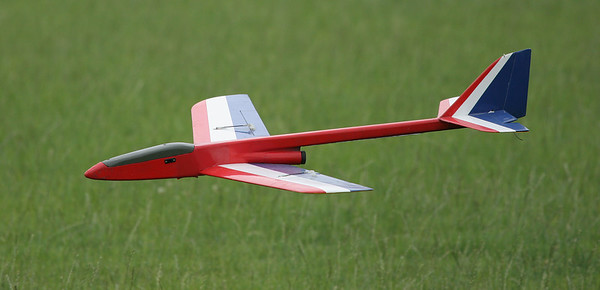 Dave's Phoenix glides in for a smooth landing on the grass.  Photo by Greg Smith