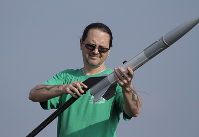 Mike Z loads his Aerotech Warthog on the pad.  Photo by Greg Smith