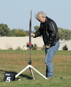 Steve loads his Ringer, a carbon fiber tube finned rocket, on the pad before launch.  Photo by Greg Smith