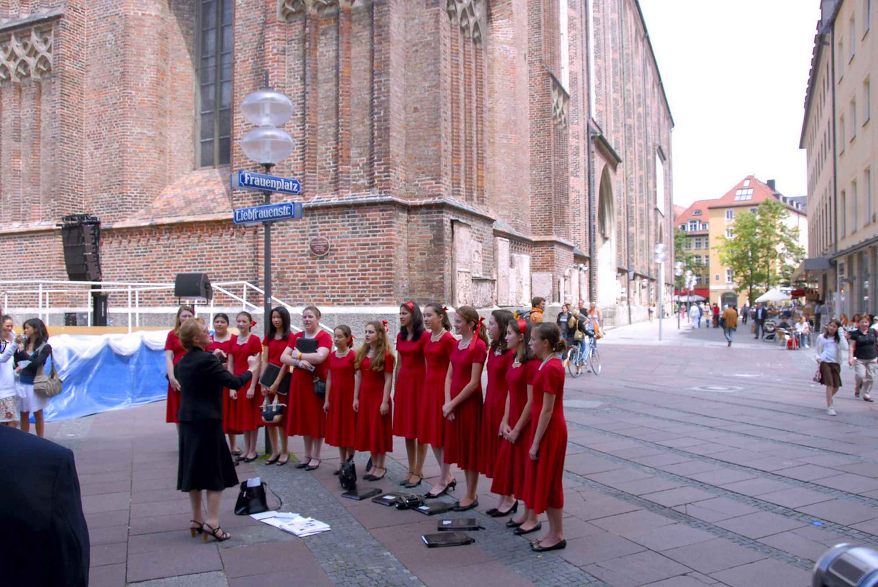 View of Marienplatz behind the Kirche & the chorus