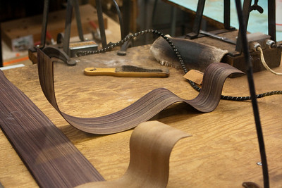 The side of the guitar body is formed at high heat and humidity.