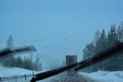Bilfärd på 348:an i snön -  Pov shot through the windscreen of a car with a large crack in the glass