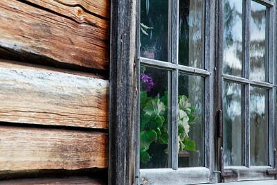Window in a blockhouse  - Hus detalj i Gammelgåden i Myckelgensjö