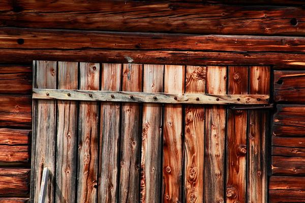 Closed wooden barn door  - Hus detalj i Gammelgåden i Myckelgensjö