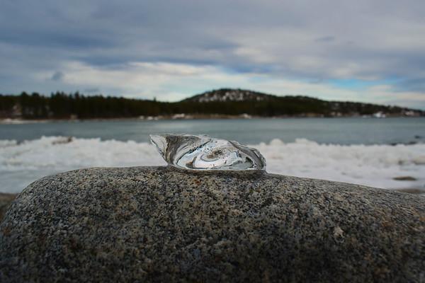 Kristallklar is på en sten i Smitingen - Melting ice on a rock at the sea