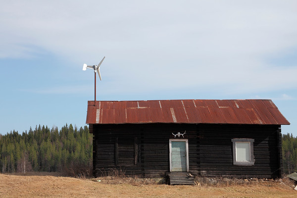 Små vindkraftverk på hustak i Gålsjö - Log house with small wind turbine