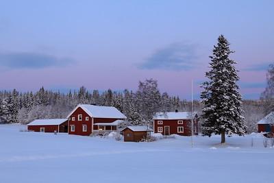 Östmarkum på vintern - Farm houses at dusk