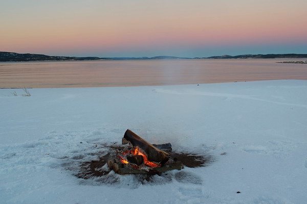 Eld vid Östersjöns strand i Storsand -  Camp fire in the snow on a beach