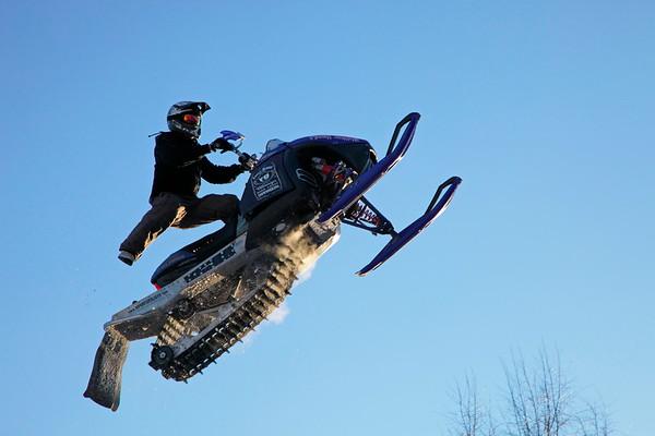Snow mobile artist flying through the air - Snöskoter i luften