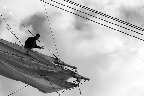 Skepp Trekronor i Örnsköldsvik 2013 -  Seaman working in the rigging - monochrome