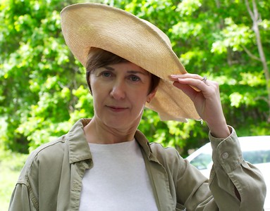 Peggy had to give Susan Reda's fabulous hat a try.