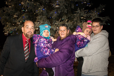 Mayor John B. O'Reilly, Jr joins Honorary Tree Lighting Assistant Cheyenne Weaver, Grandmother Annie Kotz, sister Savannah Weaver and Aunt Alexis Hunt. Photo by Debbie Malyn for the Press & Guide.
