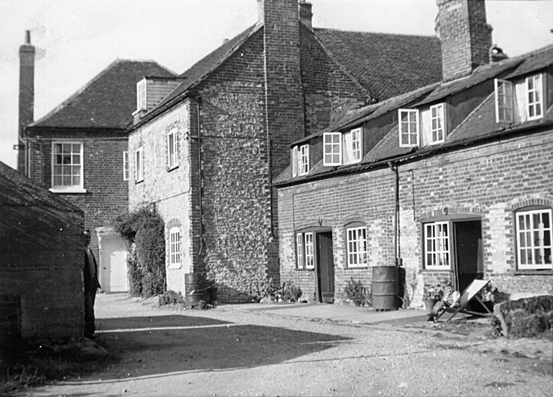 <font size=3><u> - Birmingham Yard - </u></font> (BS0255)  The house at the far end was Albert Lane's  house, in which Dr's Birch and Harris held their Benson Surgery. Freddie Parks is standing by the wall on the left, and the boy in the deck chair may be David Lane.