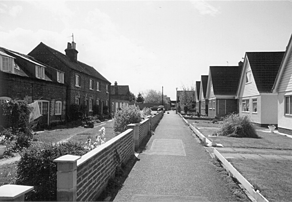 <font size=3><u> - Castle Close - </u></font> (BS0254)  Rebuilt Birmingham Yard.   When were these houses built? 1965/6.  The Great Western Railway carriages were built in Birmingham Yard – said Nora.  David thought they were built in house behind vicarage.   It seems they were built in Benson, but perhaps not Birmingham Yard.  Janet will  look this up in the Library.