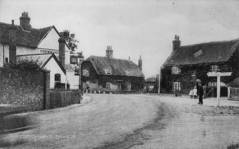 <font size=3><u> - Crown Square about 1910  - </u></font> (BS0383)  Shows clearly the Crown on the main Oxford to London route as well as the condition of the pre-macadamised road surface.