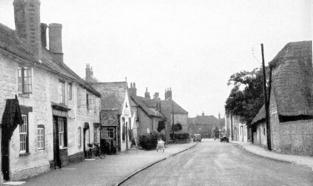 <font size=3><u> - High Street - possibly 1930's - </u></font> (BS0314) Note College Farm on right, replaced by Bob's Corner and College Farm shops in the 1950s.
