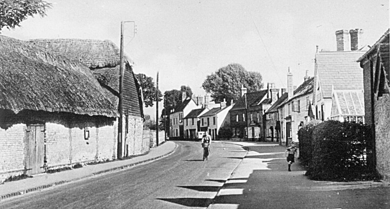 <font size=3><u> - High Street - 1940s - </u></font> (BS0082)  College farm barns.