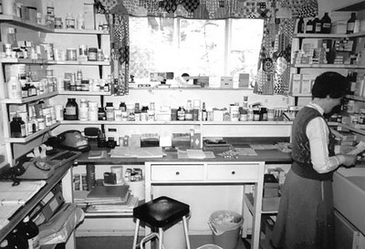 "<font size=3><u> - Mill Lane Dispensary in 1985 - </u></font> (BS0530)  The Dispensary formed part of Benson's first purpose-built Surgery.  See page 181 of ""Benson – A Century of Change"". The dispenser is Cynthia Winfield."