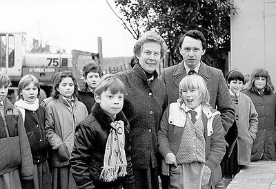 <font size=3><u> - Millstream Surgery - foundation laying - </u></font> (BS0543)  Doctors Anne Millar & Peter Rose with children from Benson School in 1986.  These children had carried out a project on buildings and visited the site during development.  The children buried a time-capsule on the site.