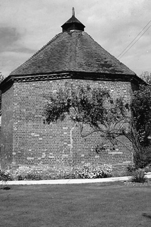 <font size=3><u> - Pigeon Loft - </u></font> (BS0581)  The Dovecote at Crowmarsh Battle Farm in May 1962.