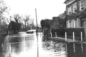 <font size=3><u> - Floods Swan Inn - </u></font> (BS0222)